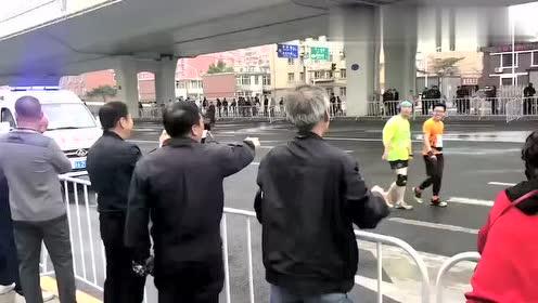 """急眼了,没报上名的大爷路边指责在马拉松上""""散步""""的人"""