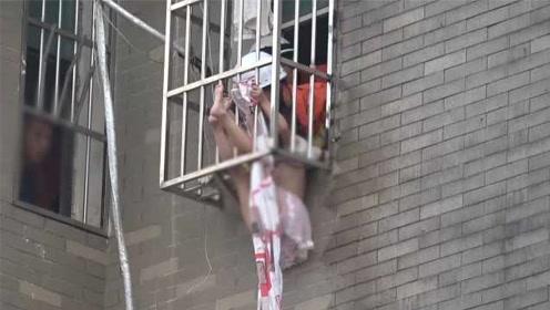 女童被卡防盗窗外,倒挂金钩悬空半小时