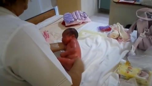 来看看国外护士怎么给新生儿洗澡,不到1分钟就搞定,厉害!
