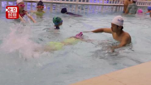 00后小伙暑期当游泳教练挣一万元 膝盖泡得刺痛 感慨赚钱不易