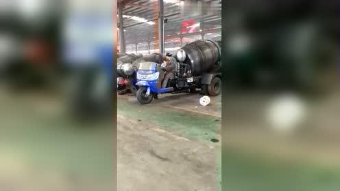 新型三轮搅拌车,没想到是这样的,不挂牌能让上路吗