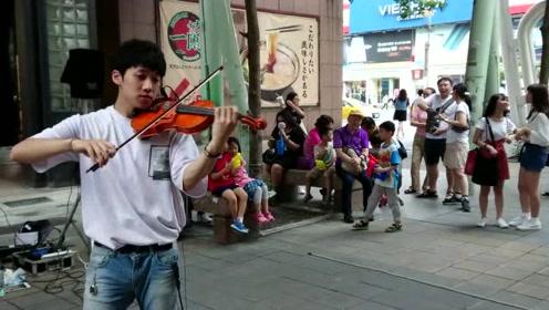 帅哥街头用小提琴演示邓紫棋和吴青峰名曲,路人听傻眼