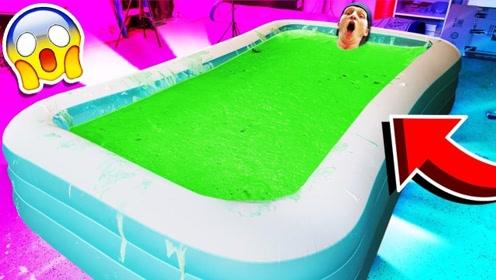 小哥在1000磅绿泥中泡澡,画面不忍直视,网友:送你一首绿光