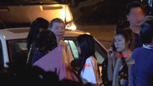冯小刚徐帆带两女儿聚餐,大女儿长相酷似爸爸,养女颜值身材俱佳