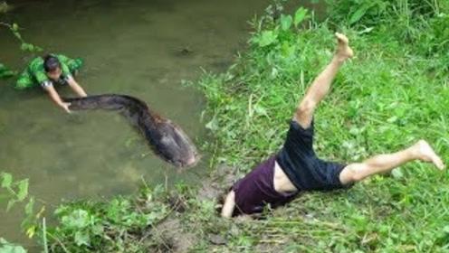 农村夫妻河边觅食,小伙栽进坑里出不来,这才发现是别人的陷阱!