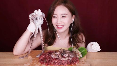韩国美女挑战生吃章鱼,在桌子上爬来爬去,怎么下得去嘴