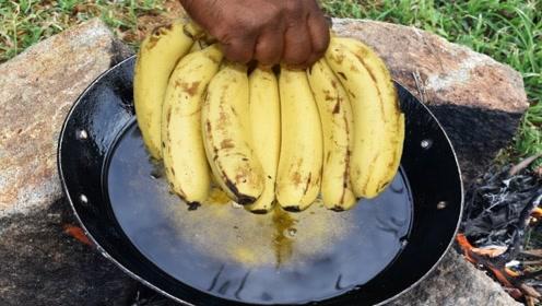 印度人最痴迷的小吃,把香蕉放进锅里疯狂油炸,网友:和表演没差
