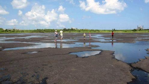 世界上颜色最黑的湖,湖水印度恒河还脏,竟有人下去游泳!
