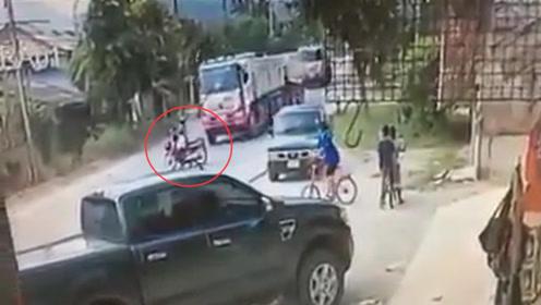摩托车突然变道过马路,大货车急刹留一命,下一秒悲剧了