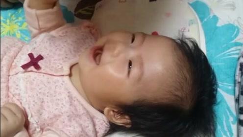 3个月的宝宝稍微一逗就笑得好开心,这笑声听着我都想笑了