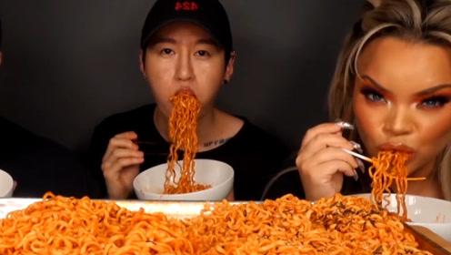 """韩国小哥邀请外国友人吃""""火鸡面"""",吃得嘴都肿了,心疼右边美女"""