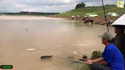水库边大叔钓竿异常的沉重,大鱼拉出水面时大伙一看都激动了