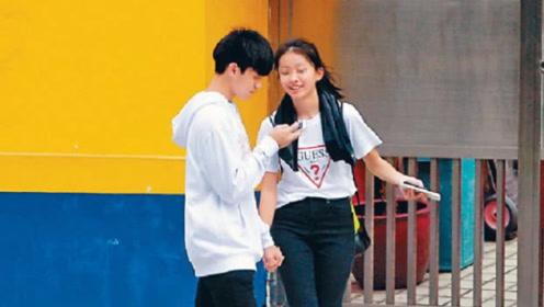陈奕迅14岁女儿素颜出街很青春可爱,看小男友发短信不断傻笑