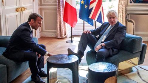 不拘小节?约翰斯脚踩桌子会晤马克龙 马克龙:新脱欧协议不可能