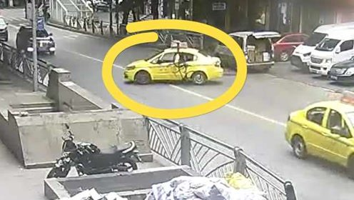危险现场!小伙骑自行车撞穿出租车后窗栽进车厢,原因进食…