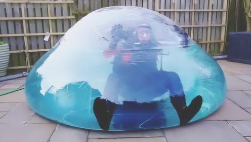 溺水有多可怕?国外小哥钻进装满水的气球,差点以悲剧收尾