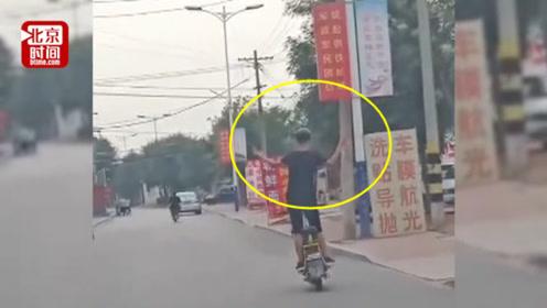 12岁男孩车流中骑电动车站起跳舞 母亲事后看视频直呼后怕