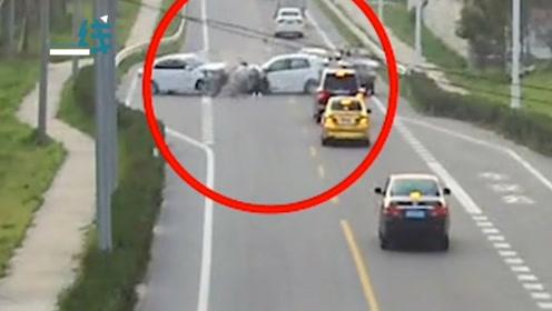 小车右侧变道超车 不减车速撞上对面车 现场一片狼藉车门都没了