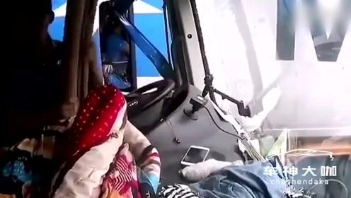 哥哥疲劳驾驶撞上护栏,后排妹妹未系安全带死亡