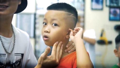 """8岁小男孩剪头发,不愿留""""寸头"""",没想到剪完变成了帅气小奶狗"""
