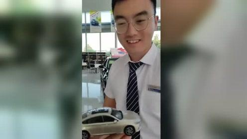 老爸怕我买错车,特意给了我弄了个汽车模型