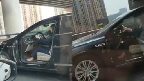 """车门被撞掉女司机开着""""敞门车""""上高架 交警追上查获罚款200"""