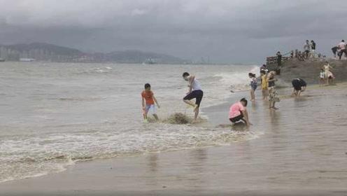 注意安全!台风天仍有小朋友海边戏水,城管现场劝离