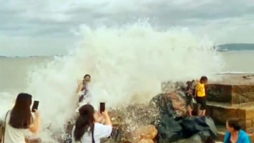 惊险实拍!海边踩浪玩耍女子被巨浪瞬间打翻