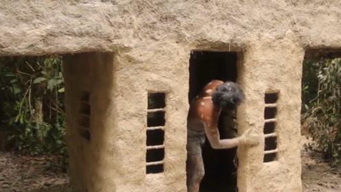 在树林打造房屋,大叔一人自己建造,真的是太厉害了