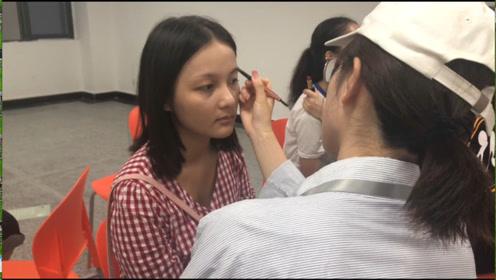高校迎新拍证件照学姐自发组织给新生化妆,化妆品学校全报销