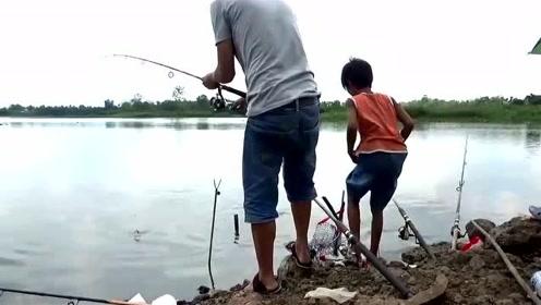 杆稍一抖就上鱼,全是小海竿上鱼不断!