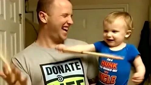 爸爸教儿子玩木棍,不料却被儿子坑,真是太惨了!