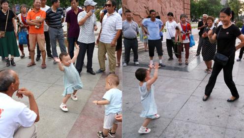 """2岁妞妞""""舞神""""附体,一人单挑十几名广场舞大妈"""