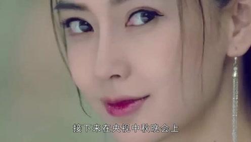杨颖戴小蓝帽穿运动衫现身机场,十分宠粉,少女感十足