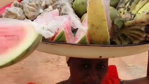 非洲美女卖水果,一天了还没卖完,都快放坏了!