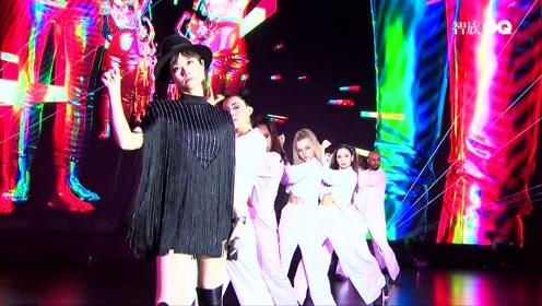 智族GQ十年:李宇春《你好吗我很好谢谢你呢》舞台首秀