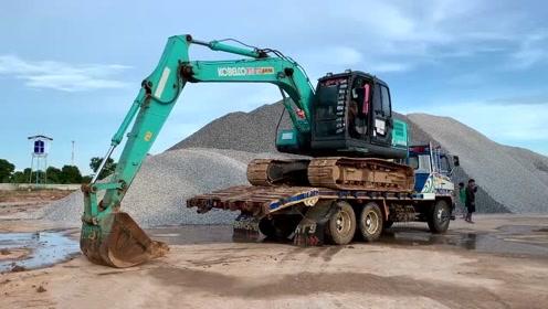 挖掘机与运输卡车