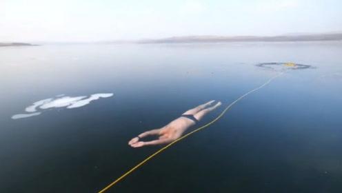 老外在冰下游泳,网友:隔着屏幕都害怕!