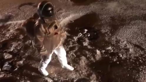 """印度成功登月了?这视频骗了无数观众,直到旁边""""三蹦子""""经过!"""