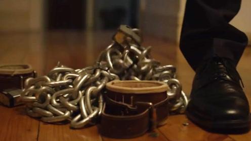 每个月总有那么一天,男子要用铁链绑住自己,只因身体会不受控制