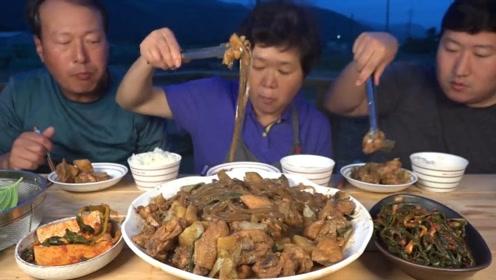 农村家庭温馨晚餐,妈妈却只敢吃粉条?爸爸还开了一瓶烧酒