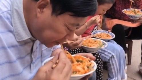 陕西农村人爱吃的懒面皮,操作简单方便,男女老少都抢着吃!