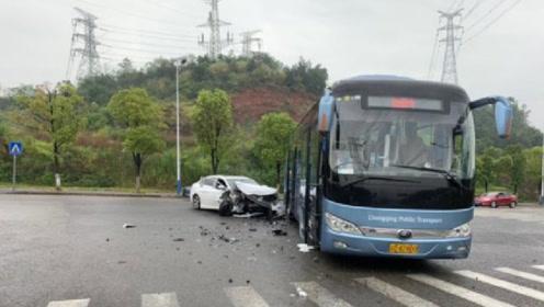 吉利帝豪GL与大巴车发生交通事故,网友:这质量,果然保命车!