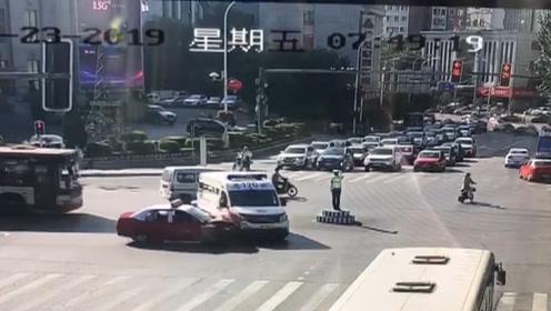 """太危险!辽宁一出租车抢黄灯,将直行急救车撞成""""左拐弯"""""""