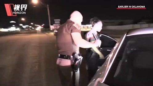 实拍美国巡警拦停黑人毒驾女 为取证差点掰断女子手指