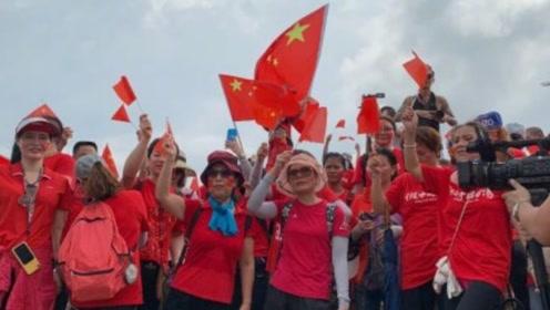 歌声响彻云霄!香港市民登上狮子山顶,高唱国歌表白祖国