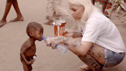 当年非洲讨水小男孩,时隔6年过去,如今的样子惊呆众人!