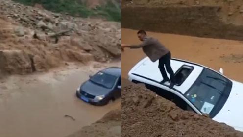 惊险!西安蓝田县突发泥石流3车被困 车内人员爬出天窗跳车逃生