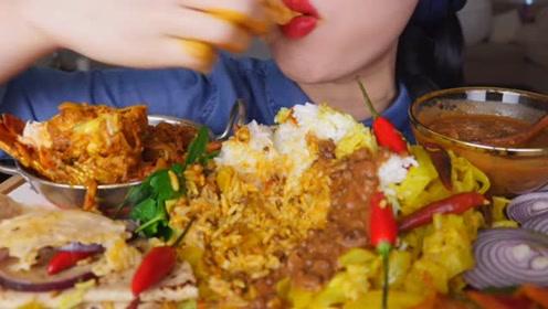 吃货小姐姐吃烤肉咖喱饭,直接下手抓,吃的真开心!