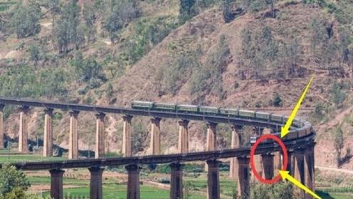中国最特殊的大桥,桥上刻着两行字,火车经过也要鸣笛30秒